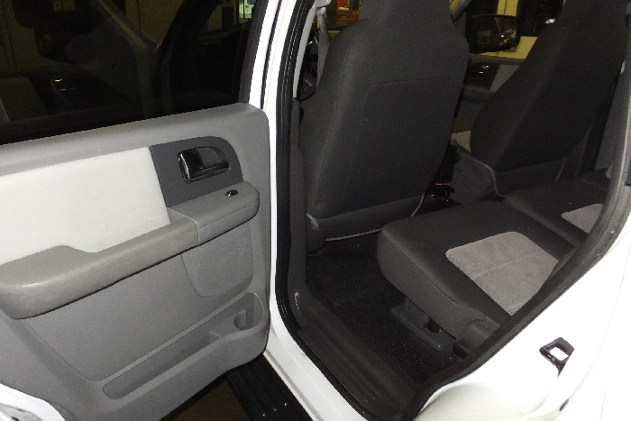 2006-ford-expedition-front-door