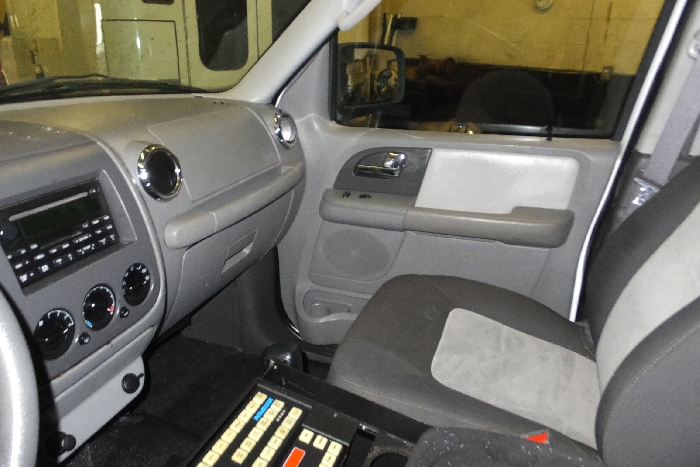 2006-ford-expedition-front-seat